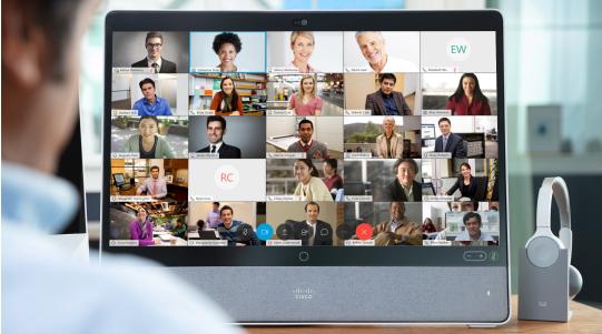 Ein Mann sieht sich eine Videokonferent mit vielen Teilnehmenr auf einem Cisco Endgerät an