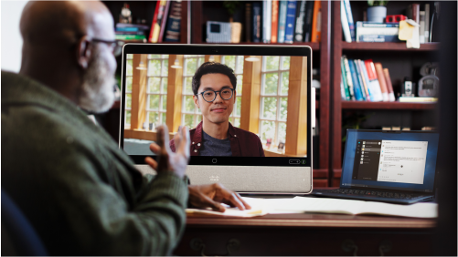 Ein älterer Referent in einer Cisco Webex Videokonferenz mit einem Studenten