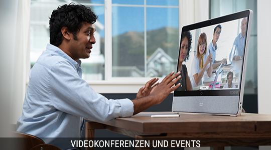 Ein Mann hält eine Videokonferenz auf einem Videokonferenz-Endgerät
