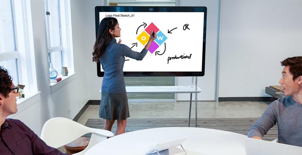 Drei Personen arbeiten an einem Webex Board